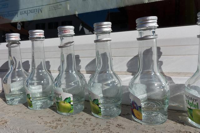 Штабель бутылок алкоголя каждое утро