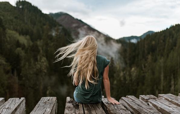 devushka-blondinka-priroda-nastroenie.jpg
