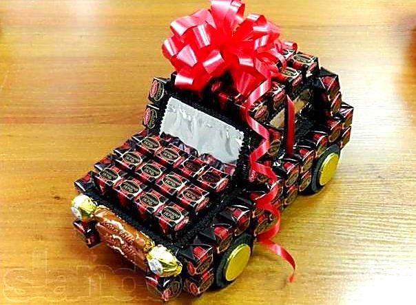 Сделать подарок из конфет  на день рождения