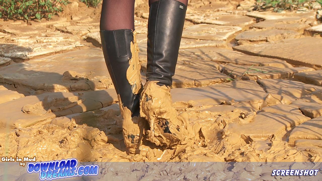 Зрелые в сапогах в грязи русской бывшей девушкой