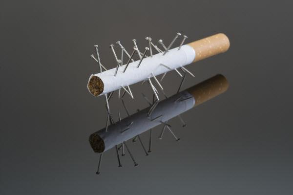 Иглоукалывание от курения - сигарета и иглы