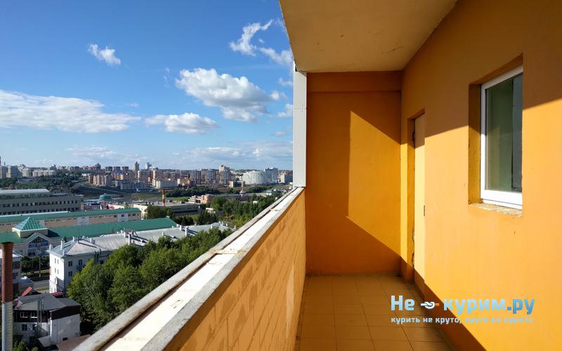 Курение на общественном балконе в многоквартирном доме